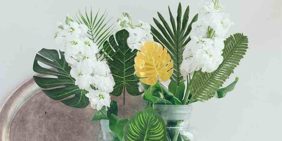 decoracion con hojas artificiales de palmera